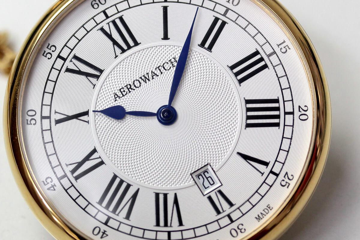 スイスブランド アエロの 繊細なギョーシェ模様が美しい懐中時計