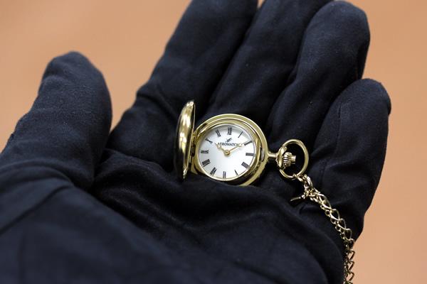 アエロ 懐中時計 ペンダントウォッチ 30816ja01 手に乗せた状態