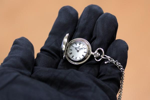 アエロ 懐中時計 ペンダントウォッチ 30816pd01 手に乗せた状態