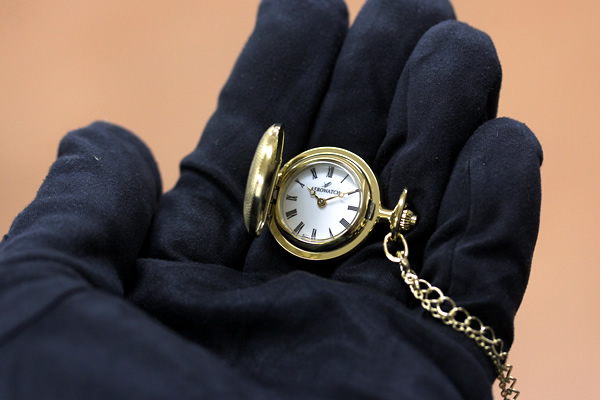 アエロ 懐中時計 ペンダントウォッチ 30817ja01 手に乗せた状態