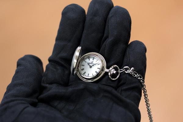アエロ 懐中時計 ペンダントウォッチ 30817pd01 手に乗せた状態