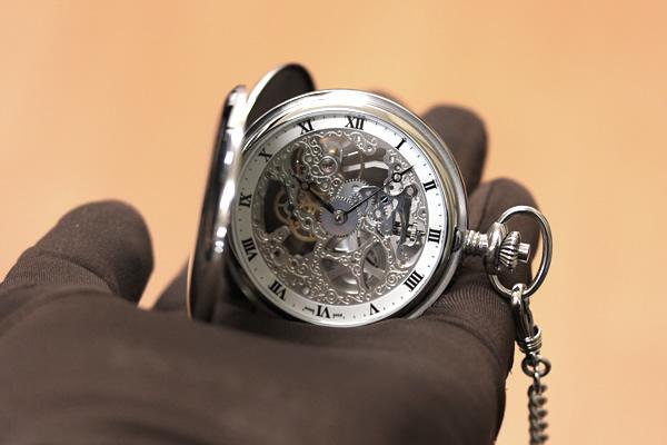 持ちやすい大きさのアエロスケルトン懐中時計