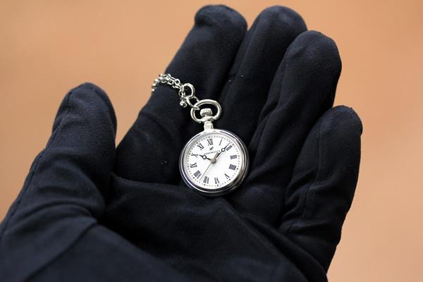 アエロ 懐中時計 ペンダントウォッチ aero04815ag02 手に乗せた状態