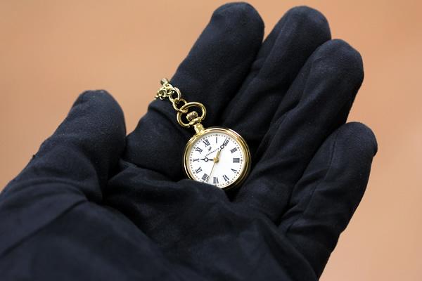 アエロ 懐中時計 ペンダントウォッチ aero04815ja01 手に乗せた状態