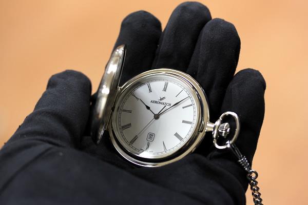 24608PD01 アエロ懐中時計 手に乗せた状態