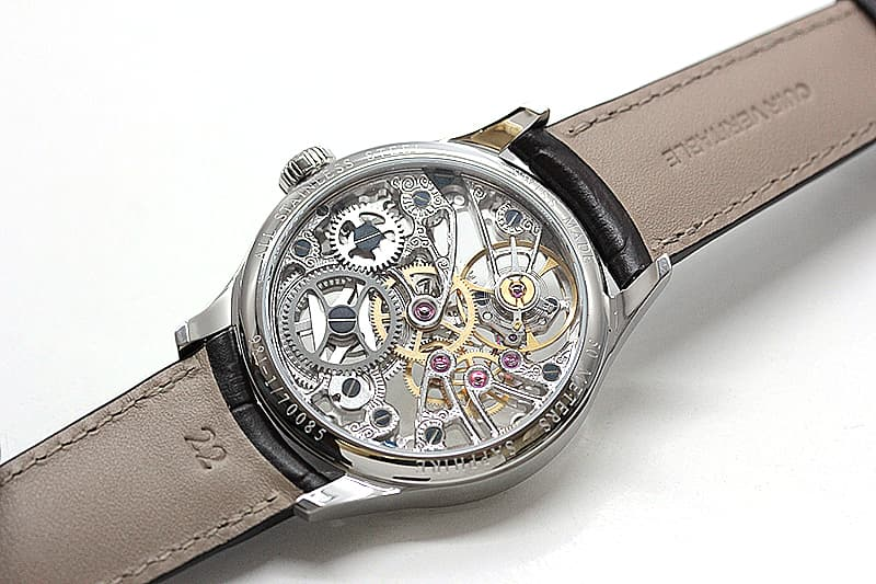 裏も表もスケルトンの腕時計