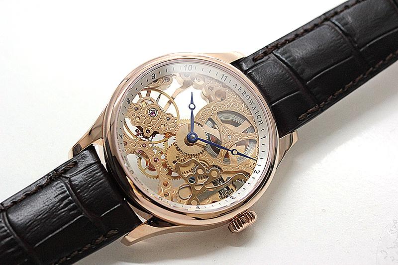 スイス懐中時計の名門ブランドから登場したアエロのスケルトン腕時計。