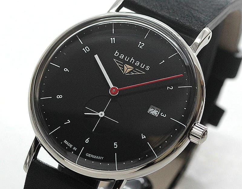 オフホワイトの落ち着いたデザインの腕時計