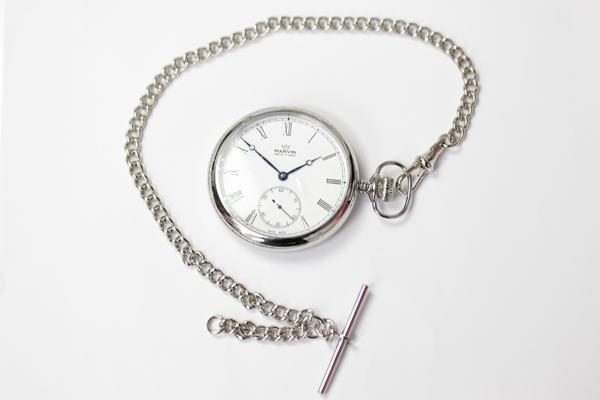 懐中時計をより一層引き立たせるチェーンもご一緒にいかがですか。