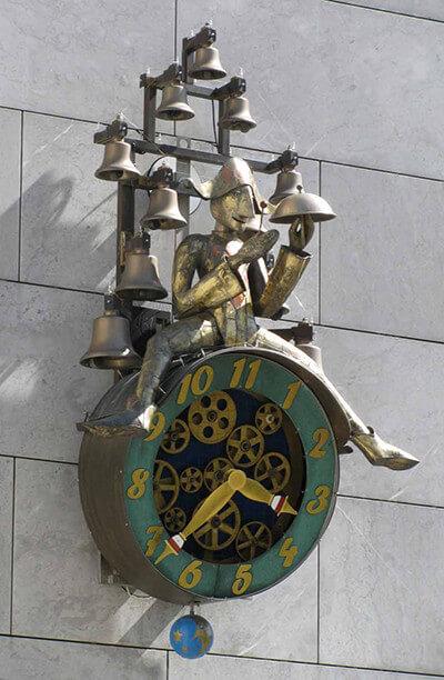 ソロトゥルンの街にある、11のベルを背負う人形の時計