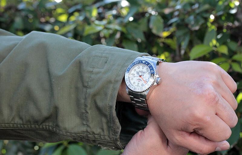 ホワイトの清潔感とクールなデザインを兼ね備え、働く男性の腕元に似合い200m防水も兼ね備えた腕時計。