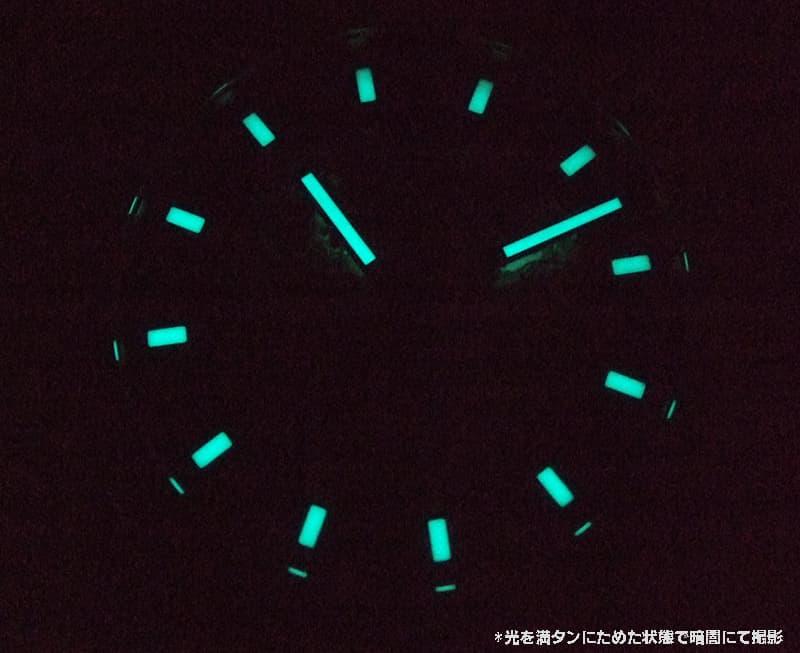 暗闇でも、視認性高く時刻が見やすい蓄光がうれしい。
