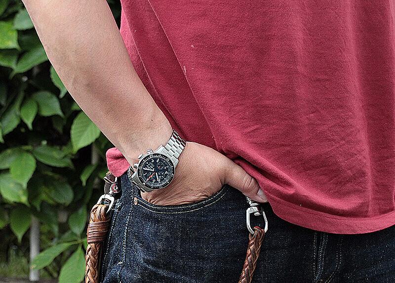 革ジャンにも、ジーンズにも似合う腕時計