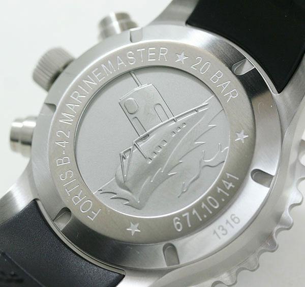 裏蓋にはフォルティス初の防水時計を作った際に記念されて作られたポスターの刻印。