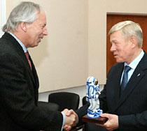 公式記念式典で握手を交わすフォルティスCEO ピーター・ピーターとロシア連邦宇宙局アナトリー・パミノフ長官