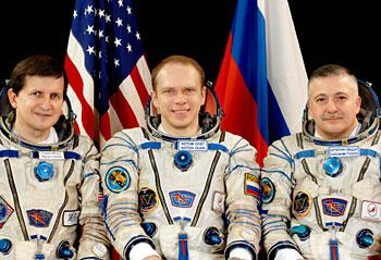 ISS 第15 次クルー、史上5番目の宇宙旅行者チャールズ・シモニー氏、 ソユーズ指揮官 オレッグ・コトフ宇宙飛行士、ISS 指揮官フョードル・ユールチキン宇宙飛行士