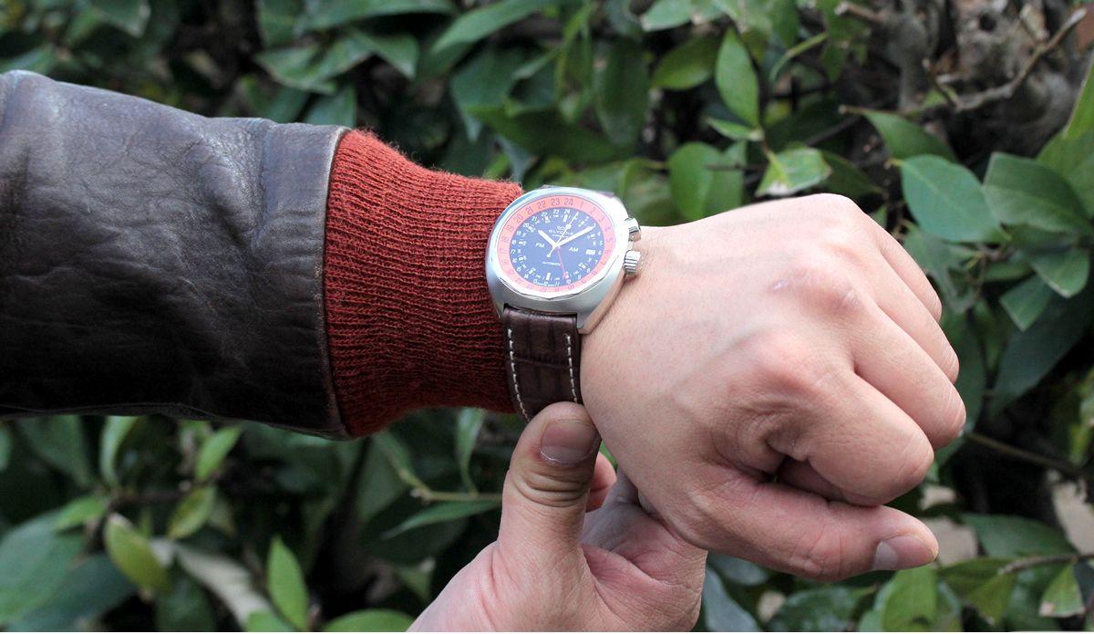 GLYCINE(グライシン) 腕時計 試着イメージ。着用男性スタッフの腕周りは18cmです。