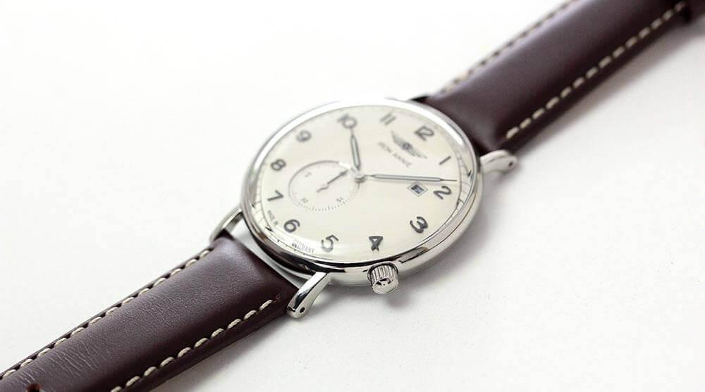シンプルなデザインの腕時計