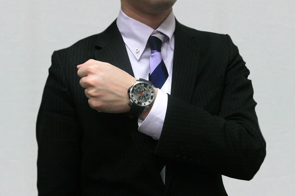 ita127003 正美堂時計店 男性スタッフ着用画像