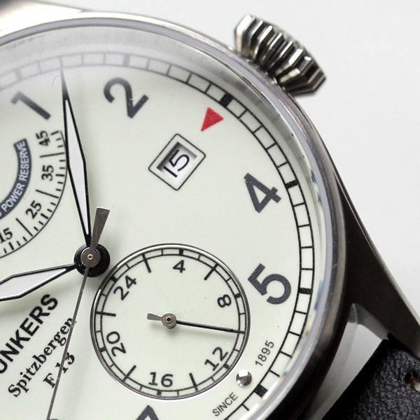 3時方向にデイトカレンダー、6時方向には長針・短針と独立して動く秒針(スモールセコンド)