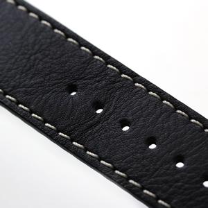 白いステッチの入った黒革ベルト
