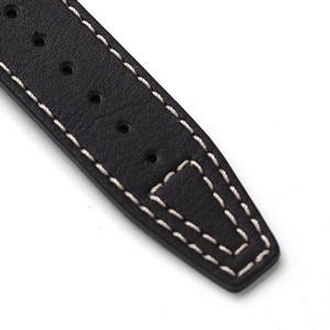 白ステッチの入った黒革ベルト