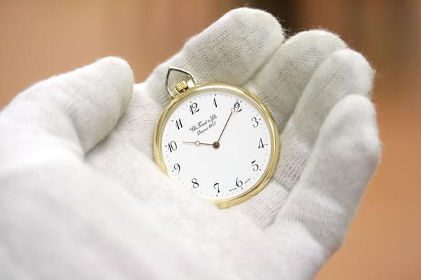 薄型の金無垢手巻き式懐中時計