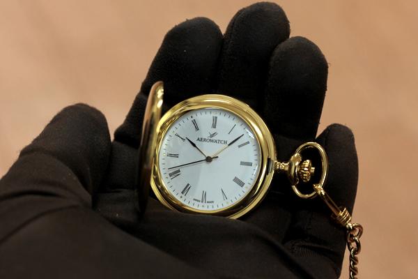 アエロウォッチ AERWATCH 懐中時計 手に乗せたイメージ