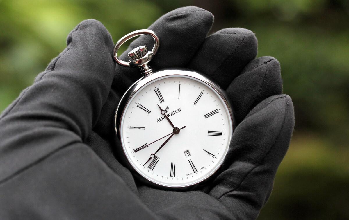42616aa03 ユングフラウモデル AERO(アエロ) 懐中時計を手に持ったイメージ