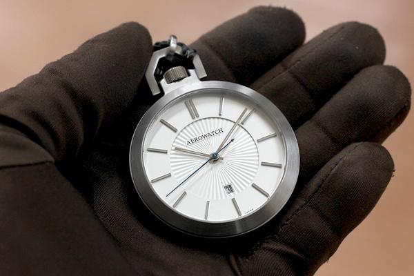 アエロ AERO 懐中時計 手にのせたイメージ