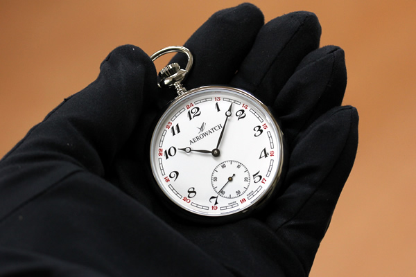 アエロ懐中時計を持った様子