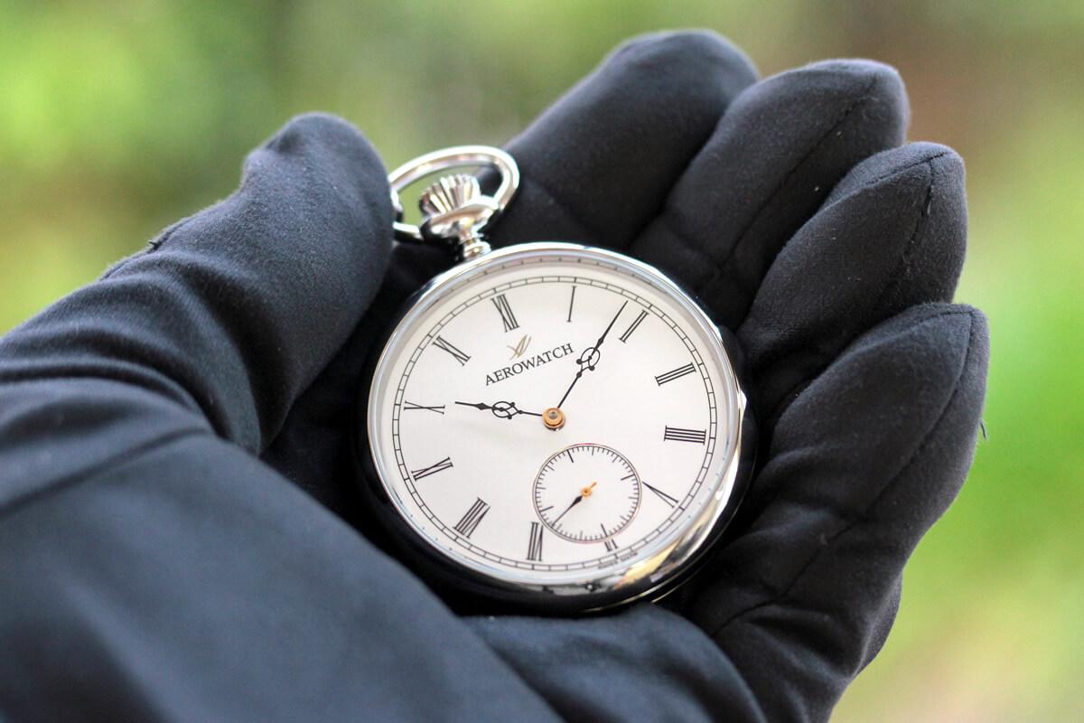 AERO(アエロ) 手巻き式懐中時計 50616aa03 手に乗せたイメージ