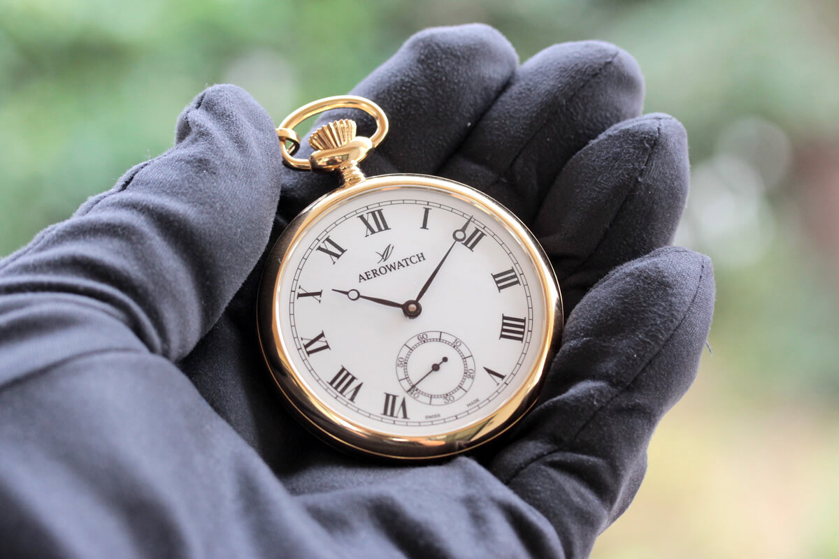 アエロ懐中時計を手に持ったイメージ