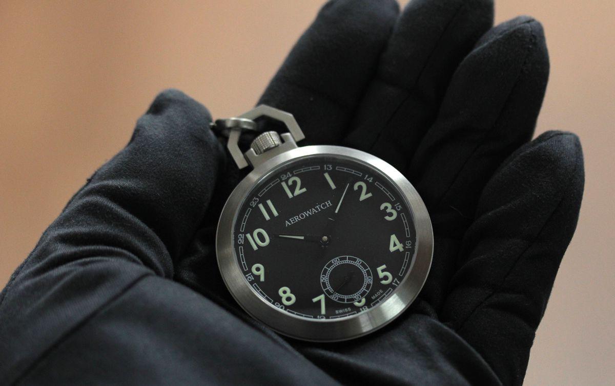 aero アエロ懐中時計 50818aa01を手に持ってみたイメージ