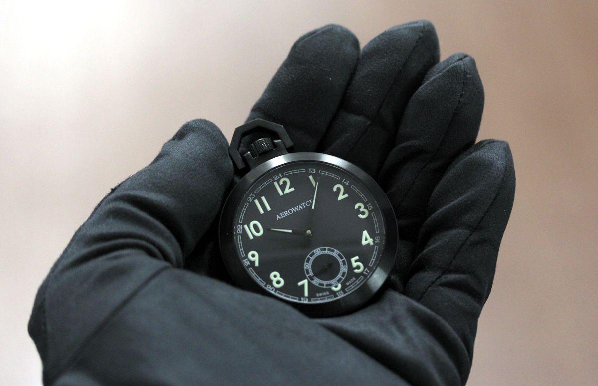 aero アエロ懐中時計 50818no01を手に持ってみたイメージ
