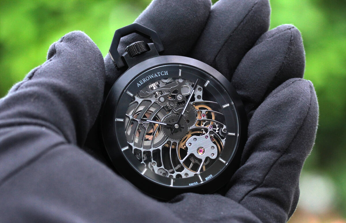 AERO(アエロ)手巻き式懐中時計 50818no02sq 手に持ったイメージ スケルトンウォッチ