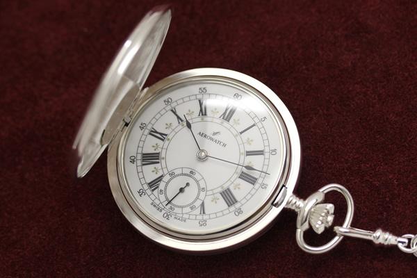 アエロ 彫刻模様が個性的な銀仕上げ懐中時計