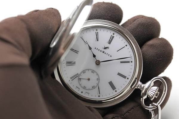 ナポレオンタイプのアエロ懐中時計を持った様子