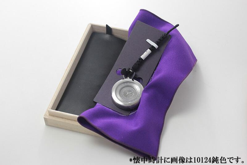 ちりめんクロスに時計を包み桐箱に入れてお届けします。外装から豪華なので、贈り物等に最適です。