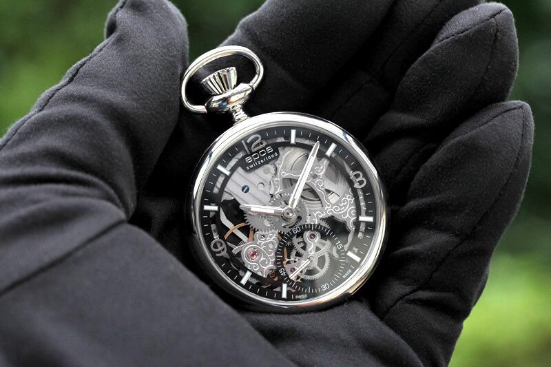 EPOS(エポス) フルスケルトン懐中時計 2003abk 手に乗せたイメージ
