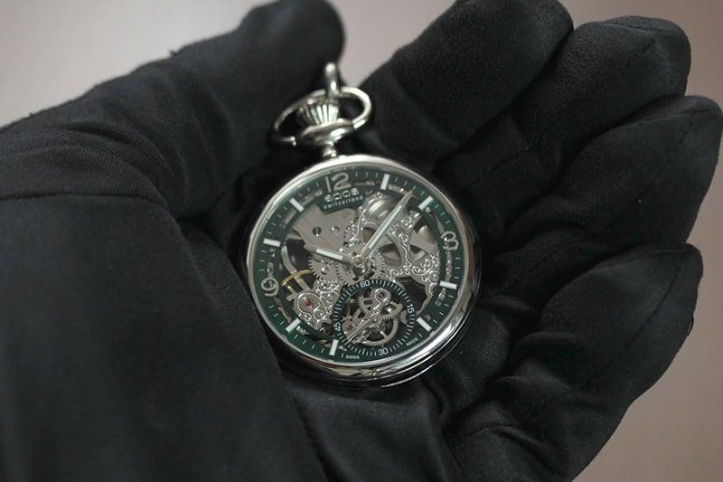 EPOS(エポス) フルスケルトン懐中時計 2003agr 手に乗せたイメージ