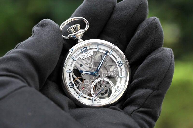 EPOS(エポス) フルスケルトン懐中時計 2003asl 手に乗せたイメージ