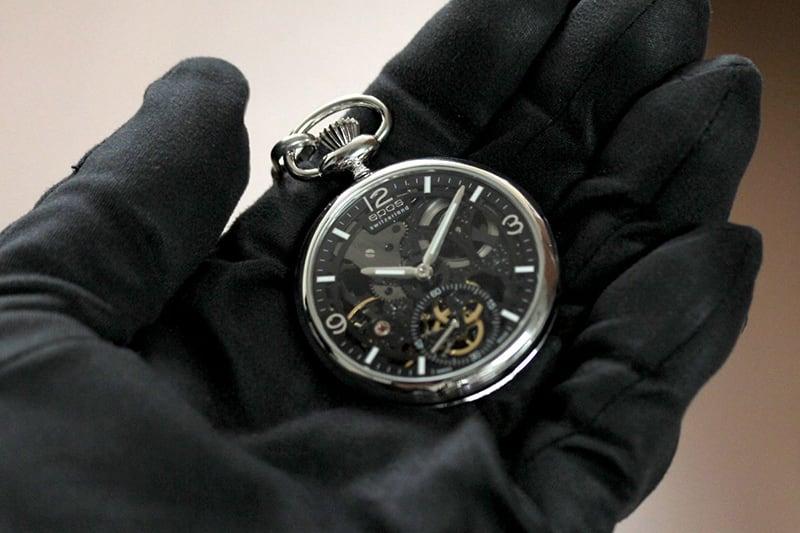 EPOS(エポス) フルスケルトン懐中時計 2003SKBK 手に乗せたイメージ