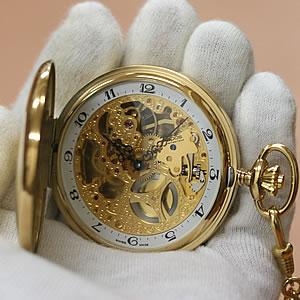 手に持った懐中時計 イメージ