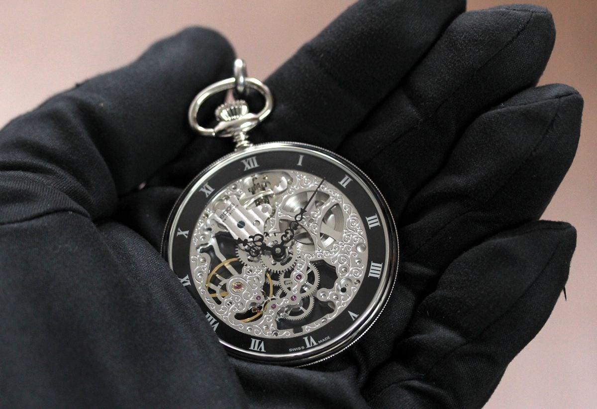 epos エポス懐中時計 2089を手に乗せたイメージ