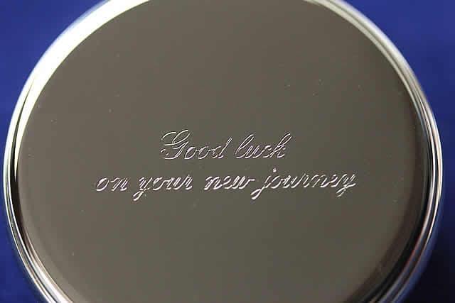 「新しい人生を楽しんでください」の意味刻印