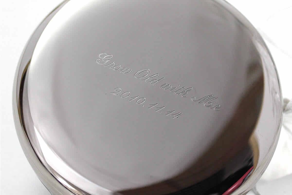 時計と共に過ごしていこうというメッセージと、二人が初めて会った日を刻印にして残した文字刻印例。