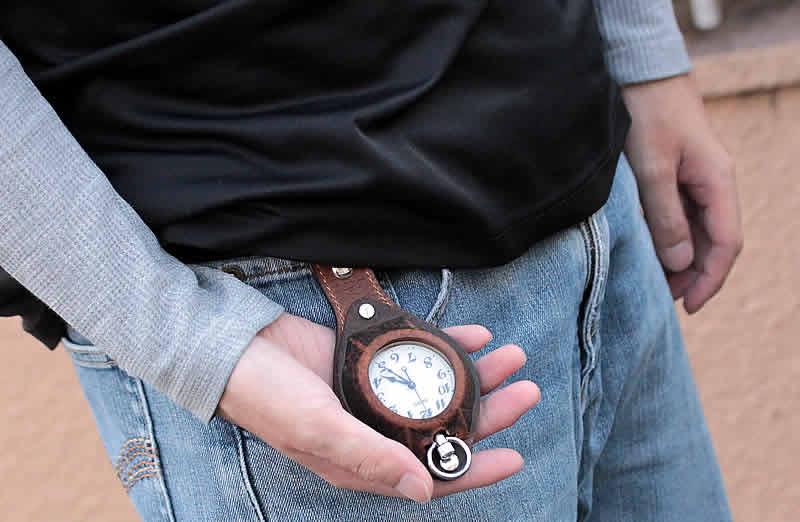 ナースウォッチのメンズ版!?歩きながらでもさっと時刻確認が簡単です。
