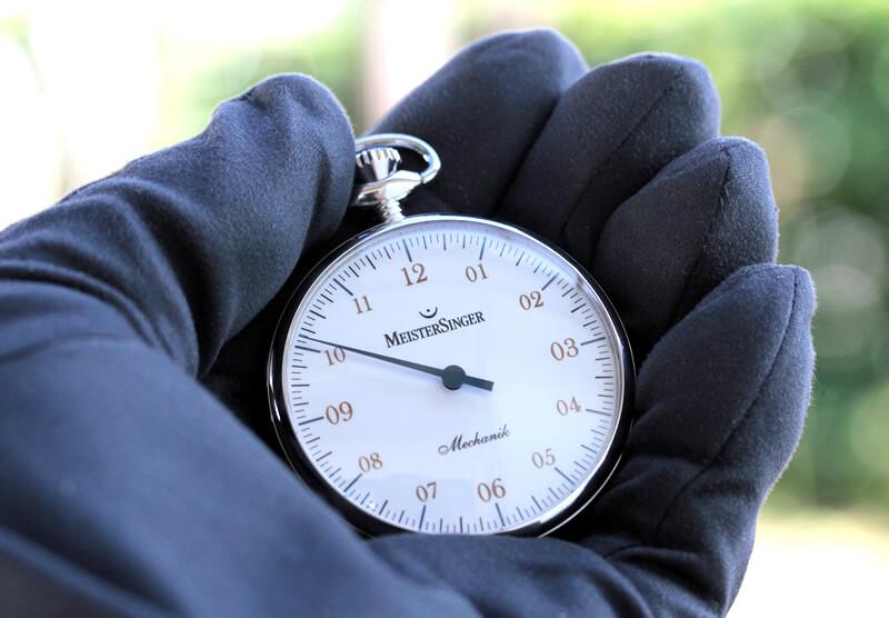 世界限定150本の懐中時計 手巻き式 マイスタージンガー(meister singer) tm2010a 手に持ったイメージ