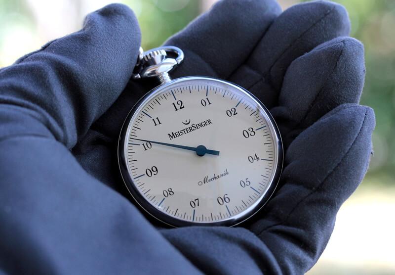 世界限定150本の懐中時計 手巻き式 マイスタージンガー(meister singer) tm2010b 手に持ったイメージ